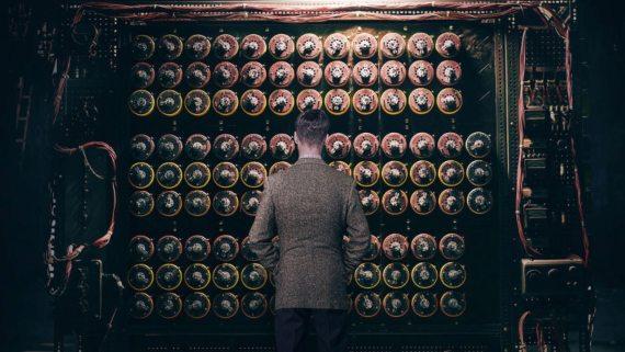 BBVA-OpenMind-Materia-Codigos CyL 2-Imagen de la película 'The Imitation Game', en la que Alan Turing contempla la máquina (Bombe) que usó para descifrar el código enigma de los nazis. Crédito: The Weinstein Company