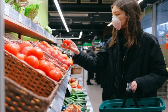 BBVA-OpenMind-Materia-reducir la huella de carbono-Compra online- 2-Hacer la compra online o en persona sigue siendo un dilema. Crédito: Anna Shvets
