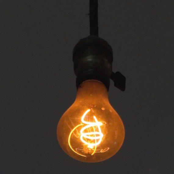 BBVA-OpenMind-Materia-El origen y los mitos de la obsolescencia programada 5-La Centennial Light, la lámpara del parque de bomberos de Livermore-Pleasanton, lleva luciendo desde 1901. Crédito: LPS.1