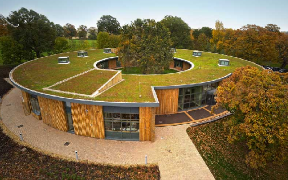 La arquitectura sostenible permite reducir el consumo de aire acondicionado de los edificios gracias a un mejor aprovechamiento de los recursos naturales. Crédito: Wikipedia