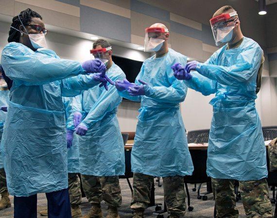 BBVA-OpenMind-combatir la pandemia sin empeorar la salud del planeta-Pandemia y medioambiente 2-La pandemia ha impuesto la urgente necesidad de reforzar la protección del personal sanitario. Crédito: The National Guard