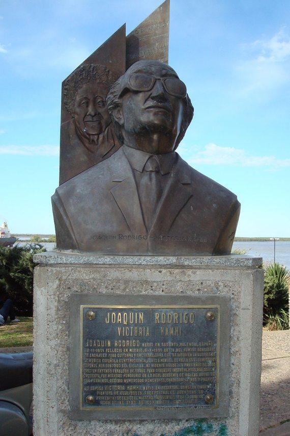 Busto del compositor español Joaquín Rodrigo, con su mujer, la pianista Victoria Kamhi en el fondo. Situado en el parque de España de la ciudad de Rosario, Santa Fe, Argentina.