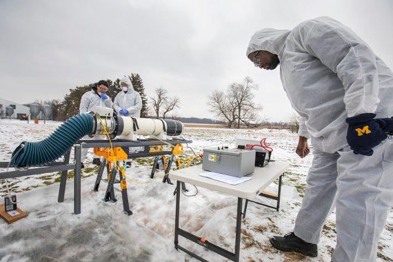 BBVA-OpenMind-El mundo tras la pandemia-covid la ciencia se hace más Interdisciplinar 4-Los investigadores Tian Xia y Zijie Lin prueban un prototipo de plasma para prevenir la transmisión aérea del virus del síndrome respiratorio y reproductivo porcino en una granja de cerdos de Michigan. Crédito: Robert Coelius / Ingeniería de Michigan