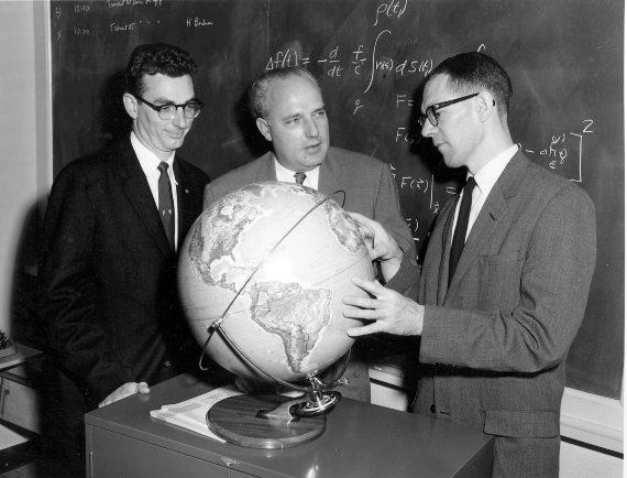 BBVA-OpenMind-Fuco-Así nació el GPS-1 Precursor GPS-William Guier, Frank T. McClure y George Weiffenbach, inventores del primer sistema de navegación por satélite. Crédito: Johns Hopkins University Applied Physics Laboratory