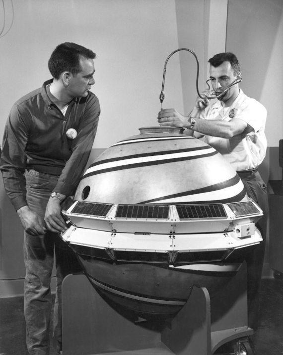 Inspección previa al lanzamiento del satélite TRANSIT en abril de 1960. Crédito: Laboratorio de Física Aplicada de la Universidad Johns Hopkins