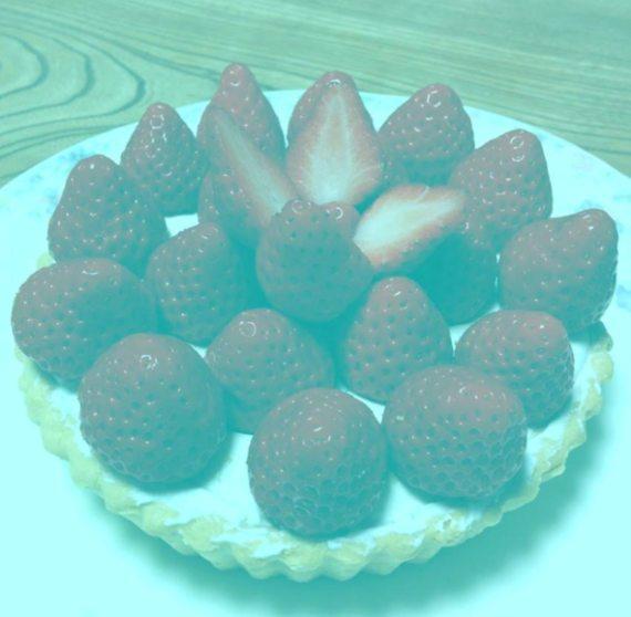BBVA-OpenMind-MAteria-Por qué las ilusiones ópticas engañan a nuestro cerebro 3- El contraste es en parte responsable de esta ilusión en la cual las fresas de una tarta se ven rojas sobre el fondo azulado, a pesar de que son grises. Crédito: IllusionsIndex