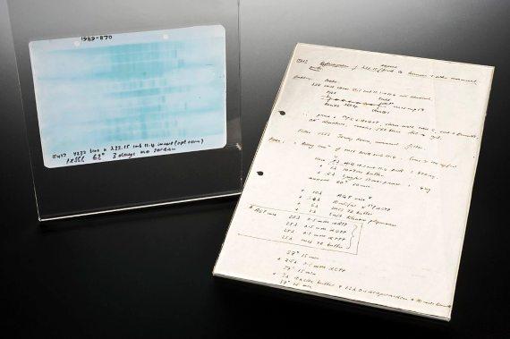 BBVA-OpenMind-MAteria-Así nació la huella genética, la técnica de los CSI-Huella genetica 1-Autoradiografía de la primera huella genética, preparada por Alec Jeffreys el 10 de septiembre de 1984. Fuente: Wellcome Images