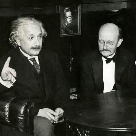 Albert Einstein y Max Planck. Fuente: denstoredanske.lex.dk