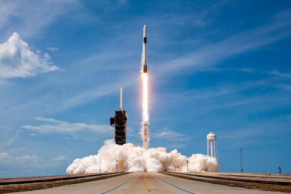 BBVA-OpenMind-Materia-Top ciencia 2020_6-El 30 de mayo SpaceX lanzó al espacio un cohete Falcon 9 que transportaba una nave Crew Dragon con dos astronautas de la NASA. Crédito: Official SpaceX Photos