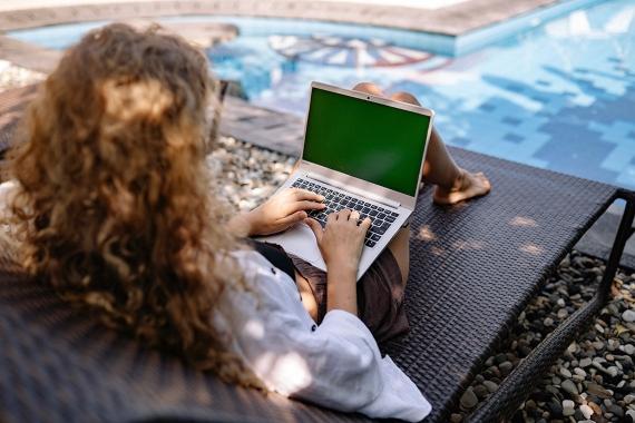 BBVA-OpenMind-Materia-Llevaremos una vida virtual o presencial tras pandemia-3-La expansión del trabajo a distancia está impulsando el nomadismo digital, personas que trabajan en remoto viajando por el mundo. Fuente: Pexels