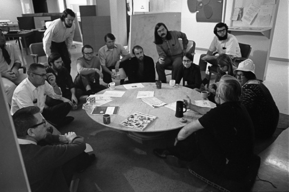 BBVA-OpenMind-Yanes-Douglas Engelbart El hombre que nos enseñó a hablar con las máquinas-3-Centro de investigación de aumento de SRI, dirigido por Douglas Engelbart (abajo a la derecha, de espaldas a la cámara). Crédito: SRI International
