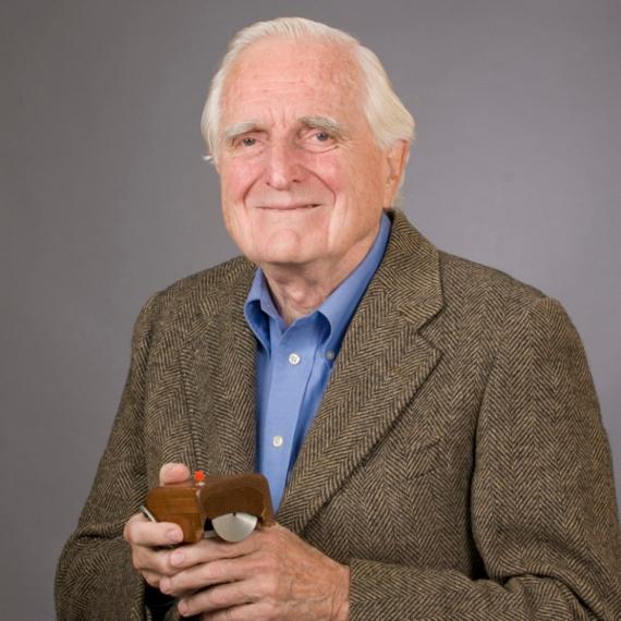 BBVA-OpenMind-Yanes-Douglas Engelbart El hombre que nos enseñó a hablar con las máquinas-4-Douglas Engelbart con el primer prototipo de ratón de computadora. Crédito: SRI International
