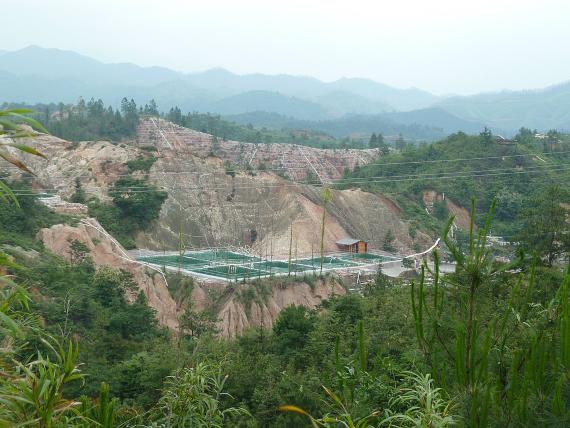 BBVA-OpenMind-Fuco-La guerra de las tierras raras-3-La minería de tierras raras tiene un gran impacto ambiental, como muestran estas instalaciones en China. Crédito: Kevnmh