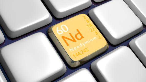 Keyboard (detail) with Neodymium element - 3d made-El neodimio es clave para producir altavoces, espejos retrovisores, coches híbridos y láseres. Crédito: Terence Wright