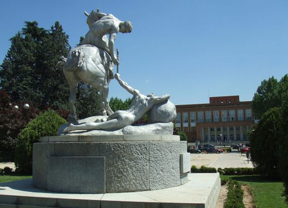 "Los Portadores de la Antorcha. Monumento de Anna Hyatt Huntington. Plaza Ramón y Cajal. Universidad Complutense de Madrid (España). Autor:<a class=""new"" title=""User:Jamesmcneilwhistler~commonswiki (page does not exist)"" href=""https://commons.wikimedia.org/w/index.php?title=User:Jamesmcneilwhistler~commonswiki&amp;action=edit&amp;redlink=1"">Jamesmcneilwhistler~commonswiki</a>"