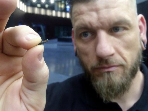 Jowan Osterlund muestra un implante de microchip en Estocolmo en 2017. Su empresa, Biohax International, es uno de los principales proveedores de este tipo de dispositivos en Suecia. -Jowan Osterlund holds a microchip implant in Stockholm in 2017. His company, Biohax International, is a leading provider of the devices in Sweden. James Brooks/AP
