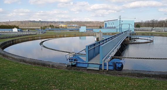 BBVA-OpenMind-Yanes-contaminan el medio ambiente nuestros medicamentos-Contaminacion_farmacos -4 Las plantas de tratamiento de aguas residuales pueden eliminar una parte de esta contaminación, pero en muchos casos están anticuadas. Crédito: Czeva