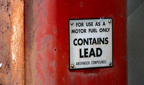 BBVA-OpenMind-Yanes-Clair Patterson- héroe prohibir plomo en la gasolina-3-La investigación y el empeño de Clair Patterson terminaron por eliminar el plomo de la gasolina. Hoy carteles como este en Indiana, Estados Unidos, han pasado a la historia. Crédito: Cindy Cornett
