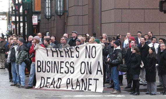 Los contrarios al sistema de compraventa de emisiones, como estos protestantes en Chicago, lo consideran un parche que contribuye a prolongar la dependencia de combustibles fósiles. Crédito: Wikimedia