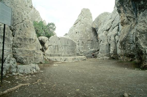 BBVA-OpenMind-Barral-obras faraonicas mas antiguas de la humanidad-44-El Santuario de Yazilikaya es un enorme espacio a cielo abierto. Fuente: Wikimedia